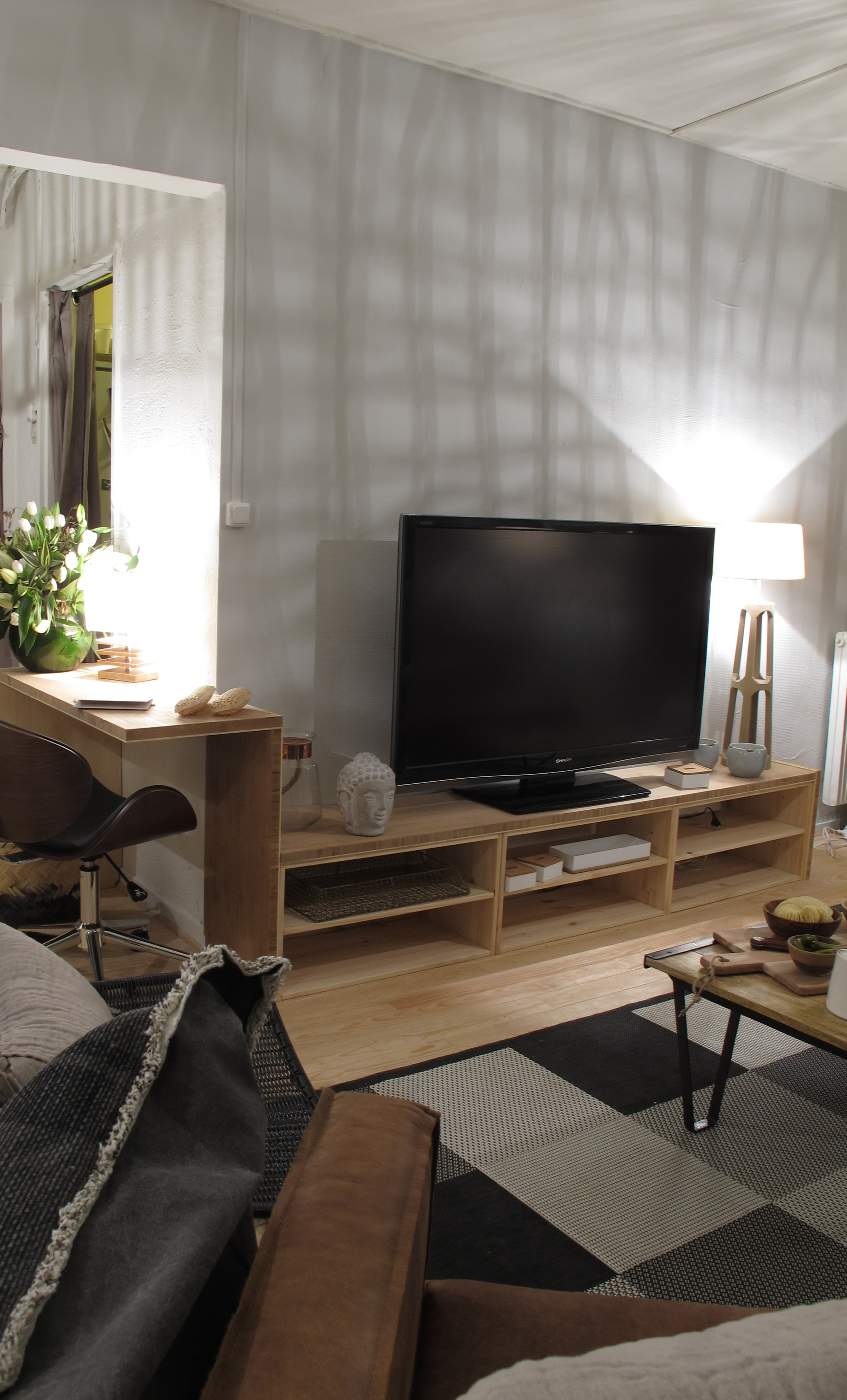 cr er un meuble tv et bureau avec un plan de travail en bambou le blog du sol. Black Bedroom Furniture Sets. Home Design Ideas