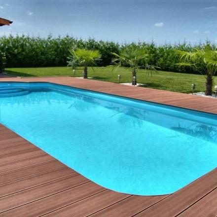 Résistante à l'eau, les lames en composite sont idéales autour d'une piscine