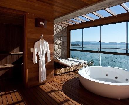 Magnifique salle de bain en teck à l'hôtel Ponta Dos Ganchos au Brésil