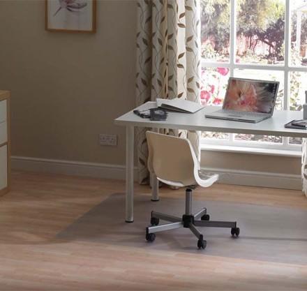Pratique, ce tapis transparent protège votre sol des sièges à roulettes